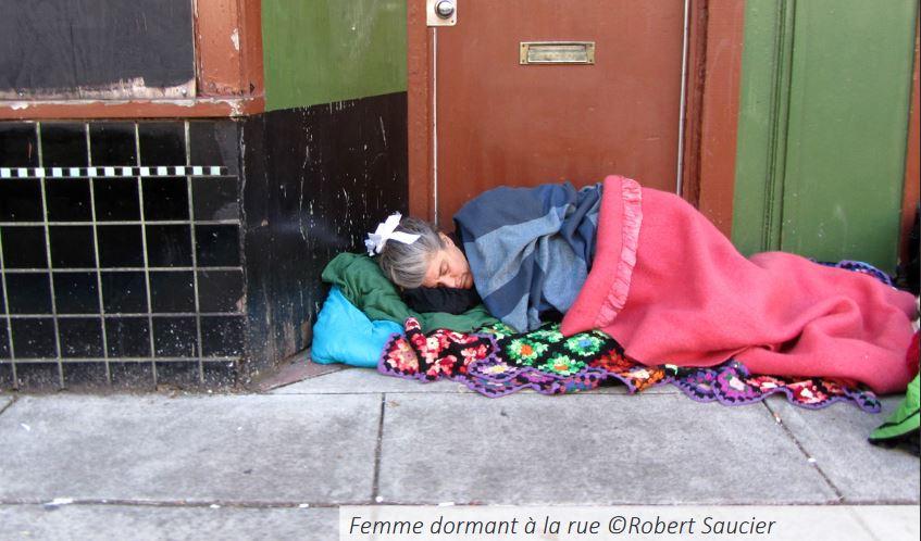 Femme à la rue
